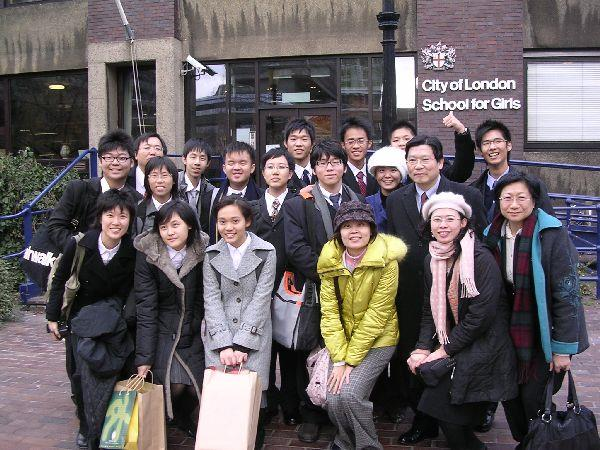 在City of London School for Girls校園門口前合影